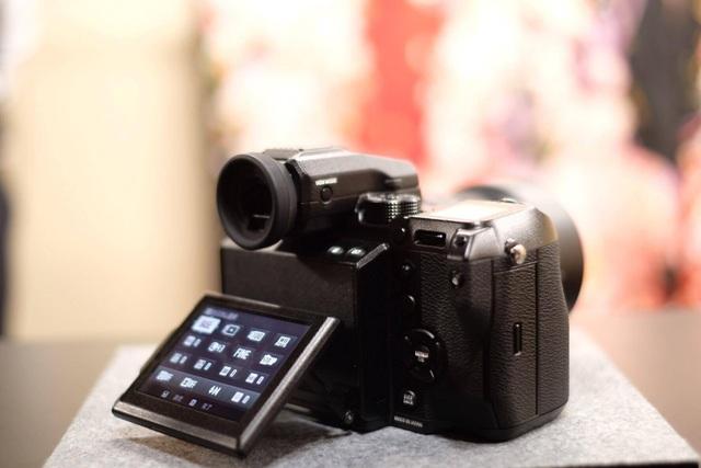 Máy tích hợp màn hình LCD có cơ chế xoay lật đa chiều, hai khe thẻ SD tương thích các loại thẻ SDHC, SDXc và chuẩn UHS-II, có khả năng sắp xếp và lưu các tập tin JPG và RAW riêng biệt.