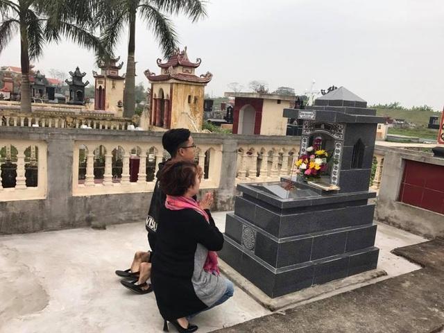 Mẹ con nghệ sĩ hài Trà My thường về Thái Bình thắp hương mời chồng/ba về đón Tết vào những ngày cận tết.