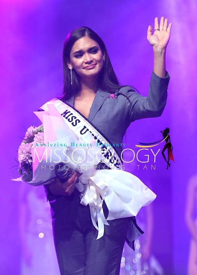Hoa hậu hoàn vũ 2015 - Pia Wurtzbach trong tiệc ghi nhận những đóng góp của người đẹp Philippines cho tổ chức hoa hậu hoàn vũ suốt một năm qua. Cô đăng quang trong cuộc thi Hoa hậu Hoàn vũ 2015 tổ chức tại Mỹ vào tháng 12/2015. Suốt một năm qua, cô sống và làm việc tại Mỹ. Vào ngày 30/1 tới đây, Pia sẽ chuyển giao vương miện và công việc cho người kế nhiệm.