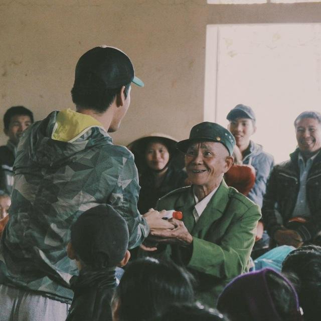 Không chỉ trao bò, nhóm từ thiện của Phan Anh còn trao qua đến người dân Bình Định - Phú Yên.