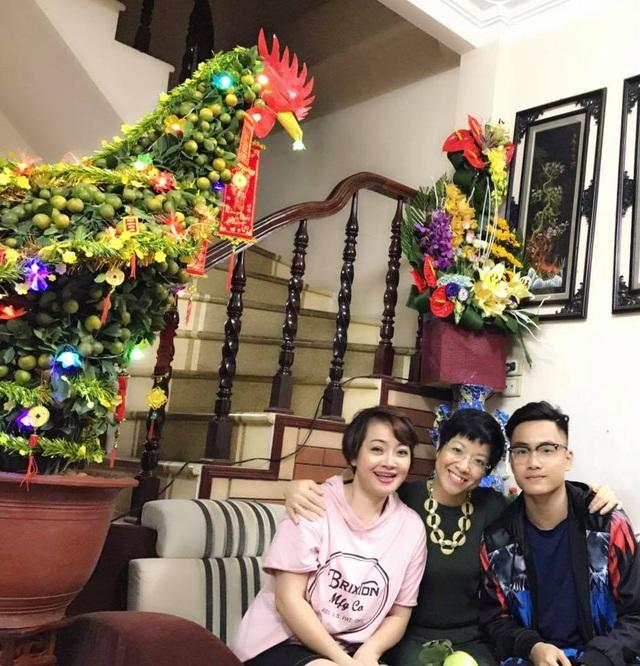 MC Thảo Vân đến chúc Tết mẹ con nghệ sĩ hài Trà My tại nhà riêng ở Minh Khai (Hà Nội) sáng mồng 1 Tết Đinh Dậu.