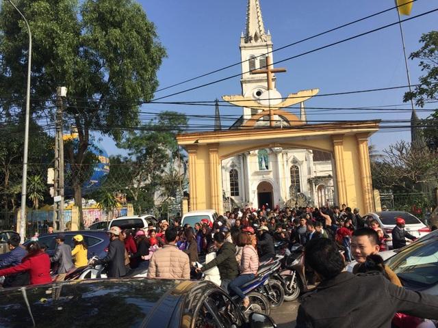 Người dân ra về xe kẹt trước nhà thờ GX Cầu Rầm.