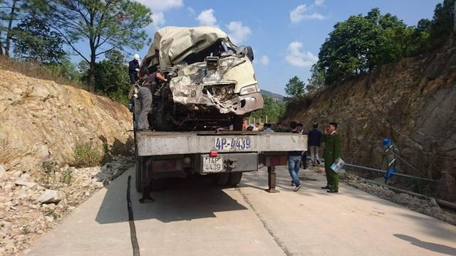 Chiếc xe khách sau cú tông vào vách núi đã biến dạng hoàn toàn (ảnh CTV)
