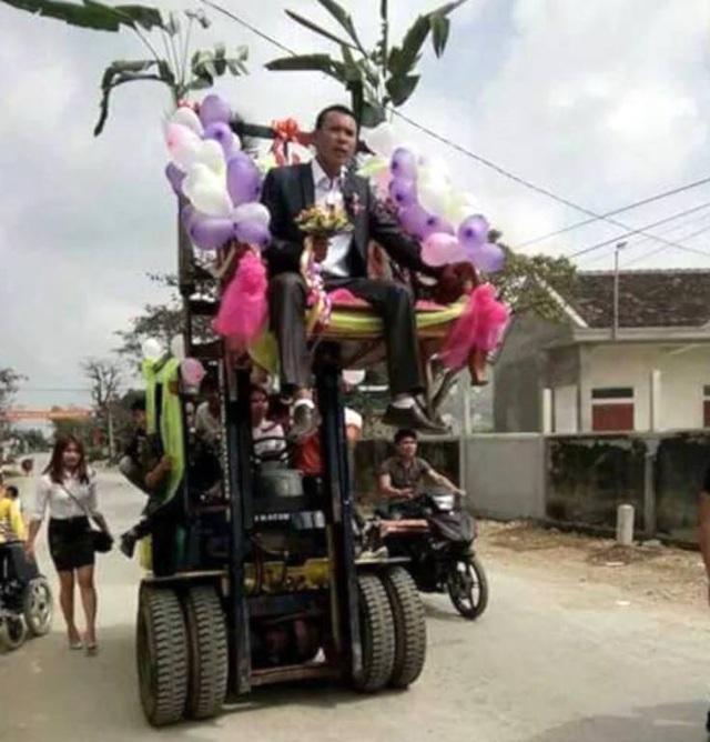 """Nghệ An: Màn rước dâu """"cực độc"""" trên chiếc xe nâng cao tầm 3m - 2"""