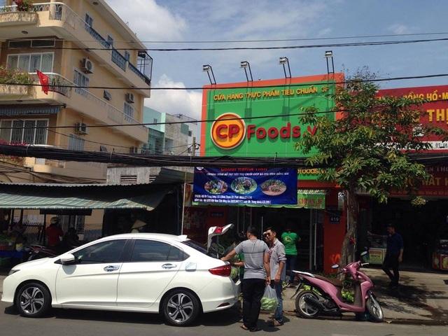 Một tình nguyện viên VIP đưa ô tô tới chở chuối đi giao cho khách giúp cho 1 điểm bán chuối nghĩa tình (ảnh: CTP)