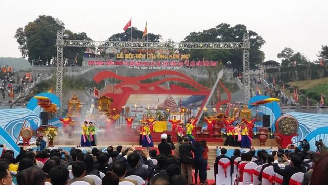 Hàng trăm diễn viên thuộc đoàn chèo Quảng Ninh tham gia biểu diễn tại lễ hội