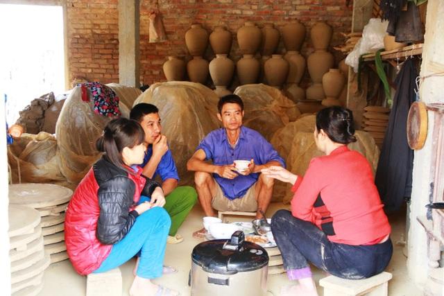 Cận Tết hàng khách đặt nhiều làm không xuể, để kịp tiến độ những người thợ gốm phải tranh thủ ăn cơm ngay tại cơ sở sản xuất. Họ không có thời gian nghỉ trưa, ăn cơm xong uống chén nước là bắt tay ngay vào làm việc buổi chiều.