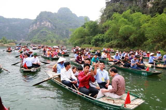 Lễ rước kiệu, rước nước trên sông Ngô Đồng đưa du khách tham quan cảnh núi non hùng vĩ, chốn bồng lai tiên cảnh được ví như Vịnh Hạ Long trên cạn của Việt Nam.