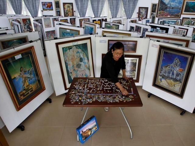 Bà Gina Lacuna ở thành phố Tagaytay, Philippines thường mua những bộ tranh xếp hình về hoàn thiện rồi đóng khung. Bà đã hoàn tất 473 bức tranh xếp hình và vẫn còn đang tiếp tục.