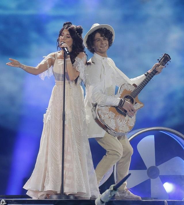 """NaviBand - đại diện của Belarus - thể hiện ca khúc """"Historyja Majho Zyccia""""."""