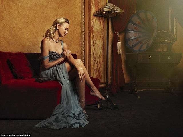 Một khoảnh khắc đương đại - ngôi sao điện ảnh người Anh Naomi Watts - cởi bỏ đôi giày cao gót để bàn chân nghỉ ngơi đôi chút, sau khi tham dự sự kiện ở Cannes hồi năm ngoái.