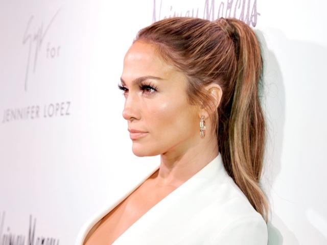 Nữ ca sĩ Jennifer Lopez yêu cầu phòng thay đồ của mình sử dụng tông màu trắng một cách triệt để, hoa cắm nên dùng hoa trắng, nến thơm màu trắng, ga trải màu trắng, đồ nội thất cũng nên mang màu trắng.