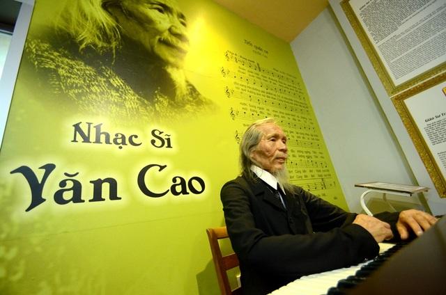Thần thái cố nhạc sỹ Văn Cao gần giống như trong ảnh bên bài hát linh hồn của Việt Nam- Tiến Quân Ca.