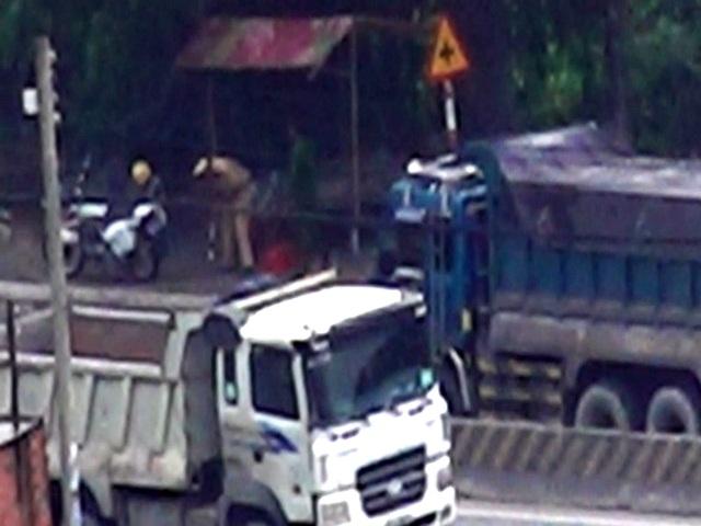 Dù gần khu vực chùa Châu Thới lúc nào cũng có CSGT chốt trực nhưng hiếm khi các xe ben bị kiểm tra.