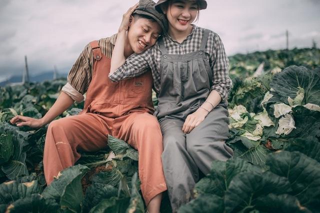 Trong trang phục của những người nông dân, tông màu vintage lạnh chủ đạo tuy đơn giản nhưng vẫn toát lên tình yêu nồng nàn của cả hai.