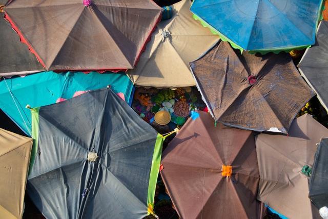 Ảnh đẹp trong ngày 13/9/2017. Hãng Phân là một chợ nhỏ hơn 100 tuổi bao quanh bởi những chung cư cũ ở Quận 4, Thành phố Hồ Chí Minh. Điểm đặc biệt của khu chợ này là nó được che bởi hàng trăm chiếc ô đầy màu sắc. Do thời tiết nắng nóng, những thương nhân ở chợ thường căng ô lên vào sáng sớm và hạ xuống vào lúc chiều muộn.