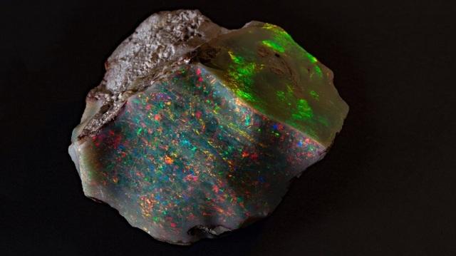 Viên đá Ngọn lửa của Australia tỏa sáng ở mọi góc nhìn (Ảnh: Bảo tàng Nam Australia)