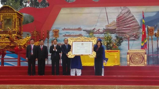 Lãnh đạo TP Cẩm Phả đón nhận bằng công nhận di sản văn hóa phi vật thể đối với Lễ hội đền Cửa Ông