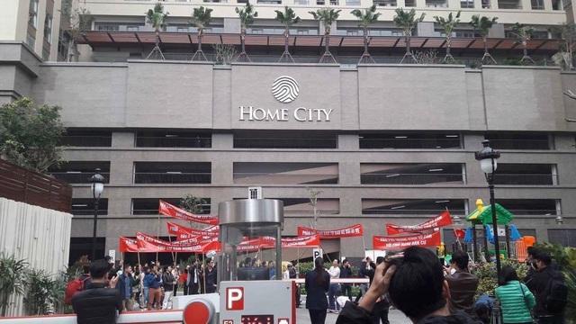 Cư dân tại Home City bức xúc khi chủ đầu tư bịt lối đi chính, bắt cư dân đi một lối đi phụ không có địa chỉ rõ ràng.