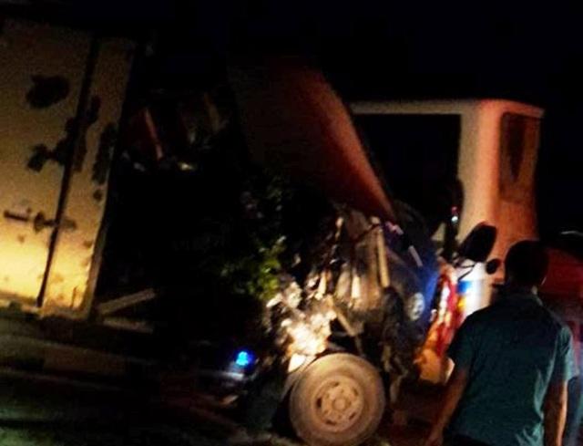 Cả hai chiếc xe hư hỏng nặng sau vụ va chạm