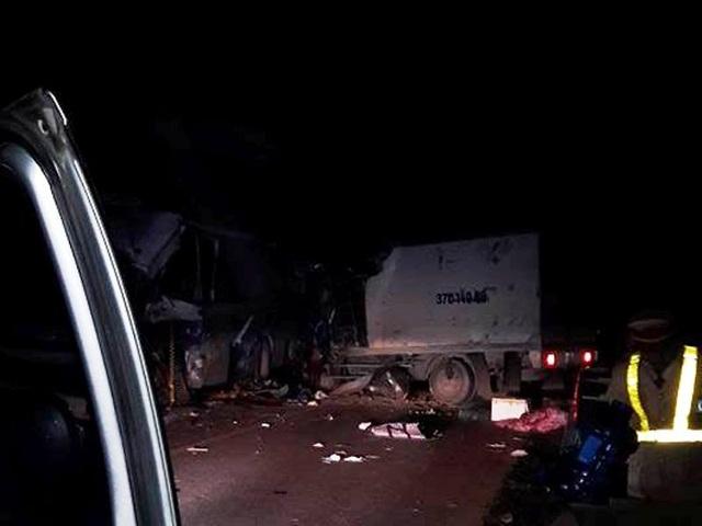 Giao thông đoạn qua hiện trường vụ tai nạn bị ùn tắc