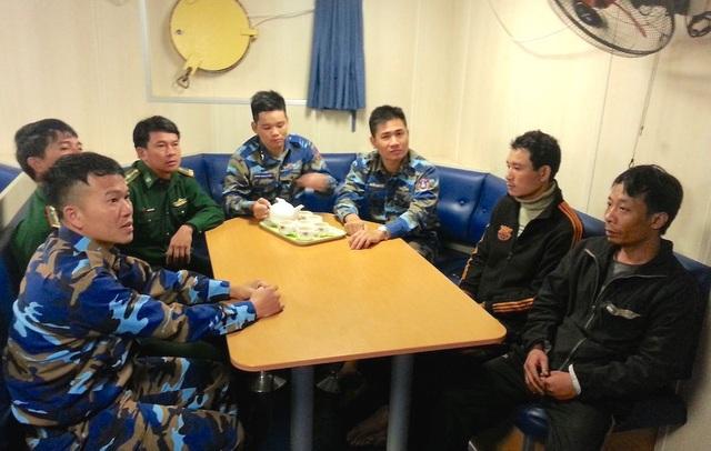 Lực lượng Cảnh sát biển động viên, thăm hỏi các ngư dân gặp nạn.