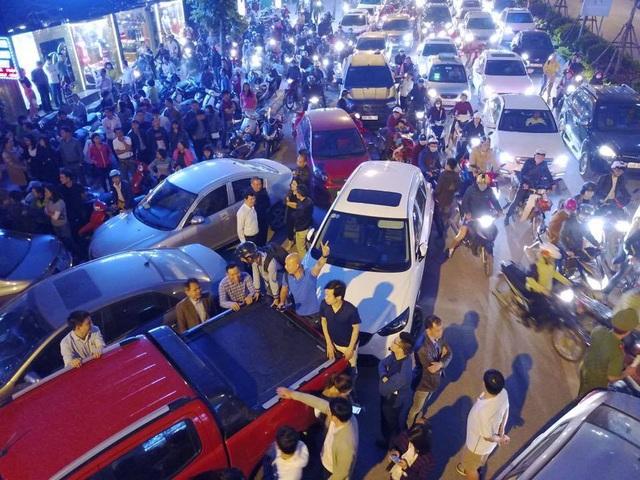 Hàng trăm cư dân đổ ra đường để phản đối chủ đầu tư.