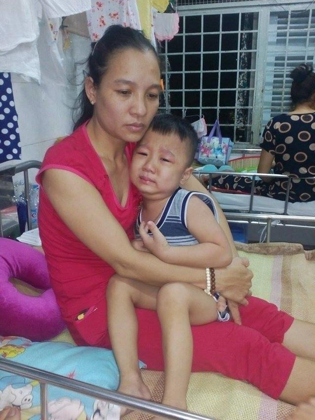 Những đêm ôm con dỗ dành khi con đau đớn vì thuốc hành hạ, chị không biết là mình có thể vượt qua giai đoạn khó khăn này hay không