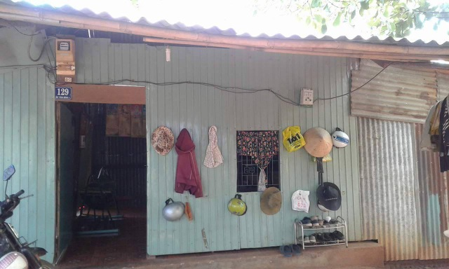 Căn nhà tuềnh toàng này vợ chồng anh Long - chị Thủy cũng đã bán để lấy tiền vào thuốc cho con, giờ cả nhà thuê nhà hàng xóm để ở