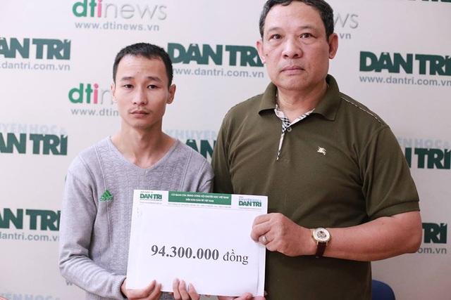 Qua quỹ Nhân Ái của báo điện tử Dân trí, anh Chinh nhận số tiền 94.300.000 đồng để tiếp tục việc điều trị và chăm sóc con gái.