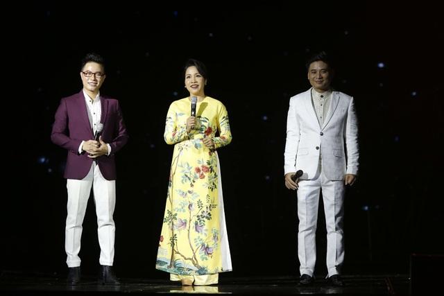 Diva Mỹ Linh và NSƯT Tấn Minh giao lưu với MC Lê Anh ở giữ chương trình.