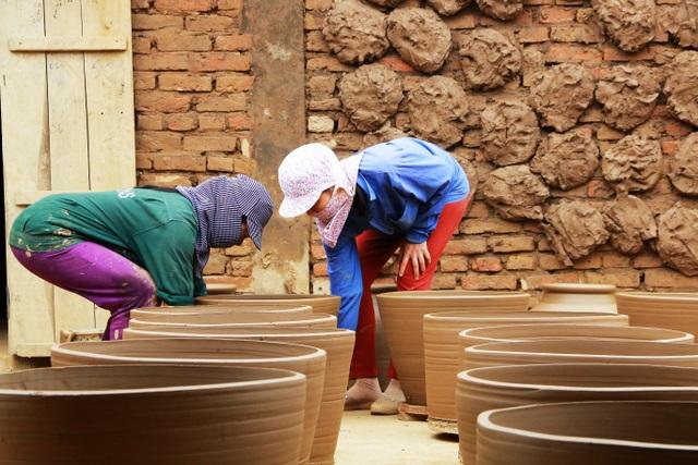 Chị Lan - một thợ gốm chia sẻ, nhờ theo nghề gốm mà gia đình chị có thu nhập ổn định. Vào tháng Tết thì thu nhập cao hơn. Nghề này cũng có lúc tưởng chừng mình phải bỏ nghề những rồi vẫn được thị trường ưa chuộng, giàu thì không giàu được, thu nhập cũng ổn định, mỗi tội bẩn tay suốt ngày - người phụ nữ gần 40 tuổi chia sẻ.