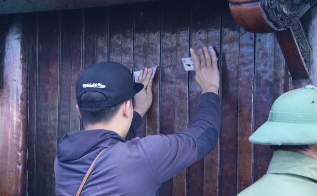Nhiều người còn xoa tiền lẻ lên vách tường của chùa Đồng.