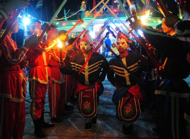 Múa gươm hầu thần trong lễ tế thần Nam Hải sau khi đọc xong văn tế thần