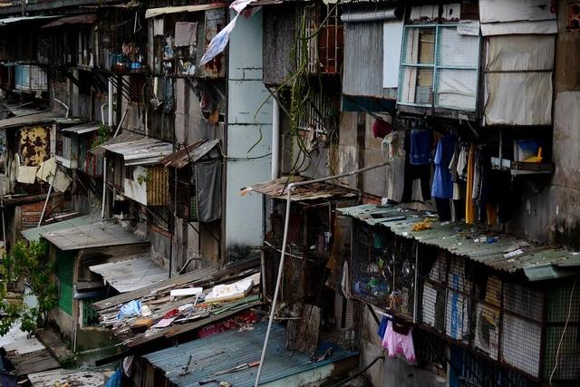 Nhiều gia đình dùng gỗ, sắt cơi nới thêm những chuồng cọp. Đây là nơi ẩn chứa nhiều nguy cơ cháy nổ.