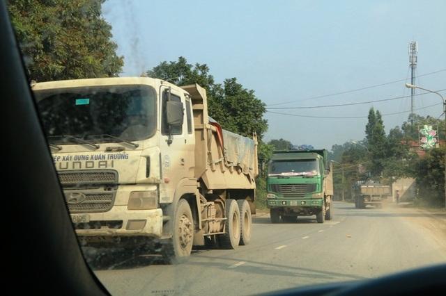 Từng đoàn xe tải tung hoành trên QL 12B đoạn qua thành phố Tam Điệp, tỉnh Ninh Bình.