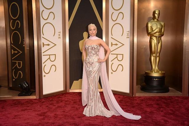 """Sau khi công chúng đã bắt đầu không còn bất ngờ trước những ý tưởng táo bạo của Gaga, cô liền nhanh chóng """"đổi tông"""", chứng tỏ rằng mặc dù mình thích phong cách lập dị, nhưng vẫn có thể trở nên trang nhã, lịch sự """"như ai"""". Đây là Gaga tại lễ trao giải Oscar 2014."""