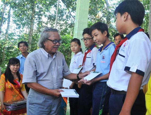 Nhà báo Phan Huy - Trưởng VP đại diện báo Dân trí khu vực ĐBSCL trao học bổng cho các em học sinh