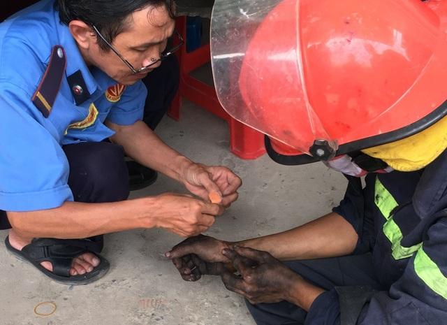 Một chiến sĩ PCCC trong khi tác nghiệp đã bị tôn cắt vào tay một vết khá sâu, đã được người dân sơ cứu.