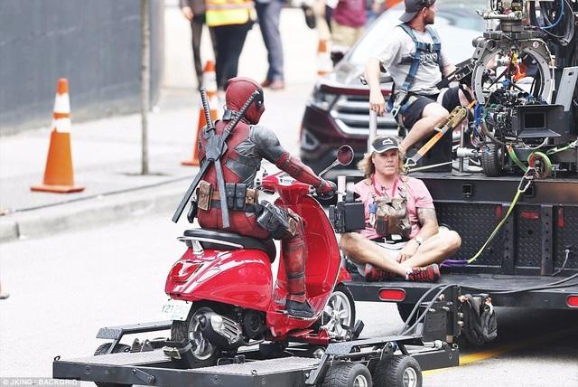 """Trên phim trường """"Deadpool"""", nam chính Ryan Reynolds thường điều khiển chiếc Vespa đỏ, nhưng khi phải thực hiện những cảnh phim nguy hiểm, anh sẽ có diễn viên đóng thế đảm nhận giúp."""