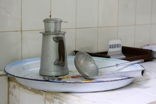 Trong phòng bếp, những kỷ vật như chiếc phin pha caphê, khay đựng, muôi canh... được gìn giữ cẩn thận, hầu như không có sự thay đổi so với trước đây.