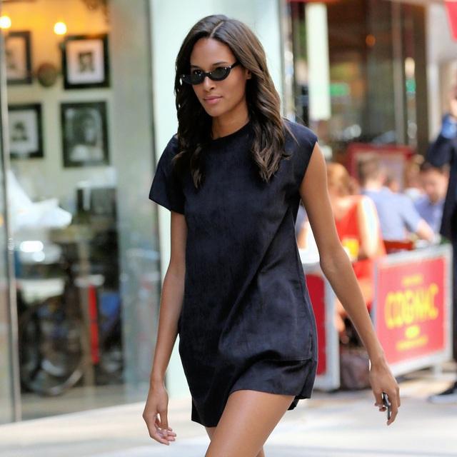 Người mẫu Cindy Bruna mặc một chiếc váy ngắn liền thân tối màu và thậm chí tối giản đến mức không mang theo túi xách. Cô đeo cặp kính râm - một lựa chọn chuyên nghiệp để tránh những giao tiếp bằng mắt không cần thiết.