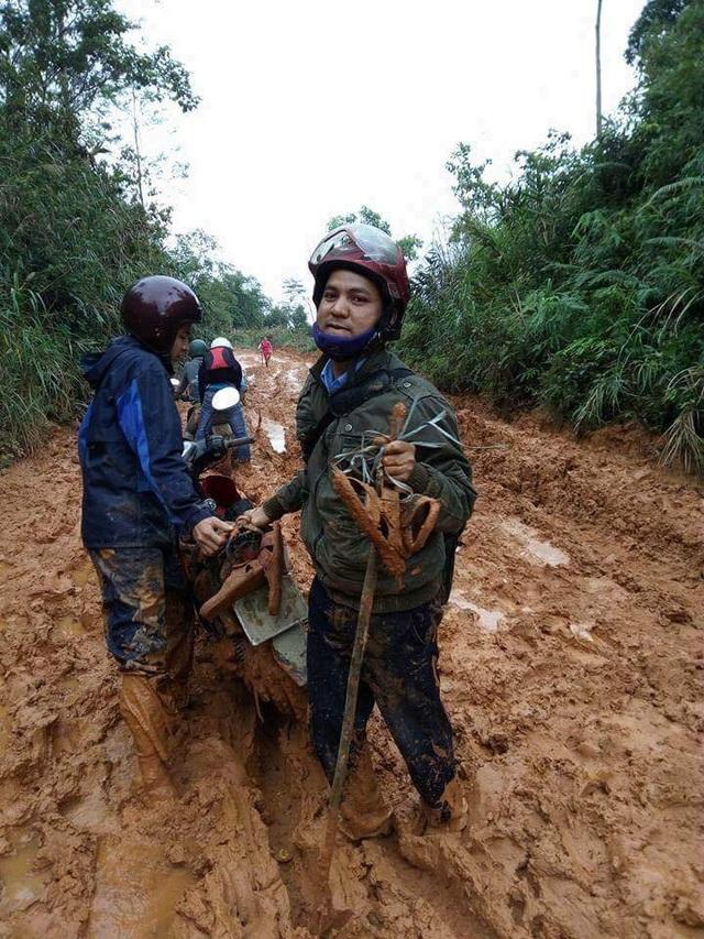 2 thầy giáo bê bết trong bùn đất đẩy bộ xe máy để vượt dốc đến trường
