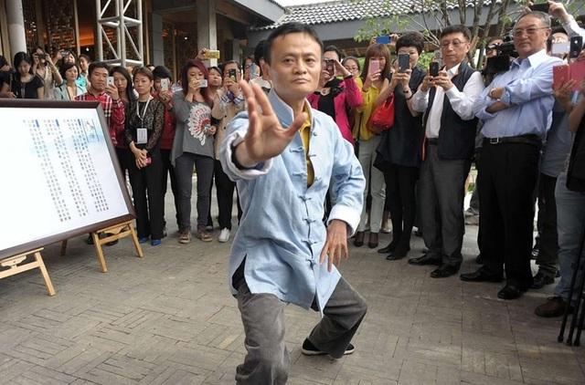 Jack Ma thực hiện một số động tác trong lần ghé thăm lớp dạy Thái Cực Quyền ở Hàng Châu.