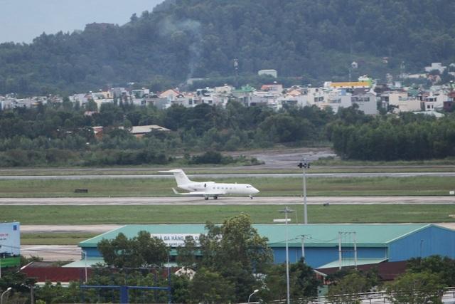 Lúc 10h30, máy bay số hiệu B3253 mang logo Hong Kong đáp xuống sân bay Đà Nẵng mở màn cho một ngày vô cùng bận rộn của đường băng này.