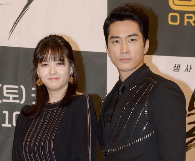 """Song Seung-heon (41 tuổi) diễn cặp với nữ diễn viên Go Ara (27 tuổi) trong phim """"Black"""" (Thần Chết)"""