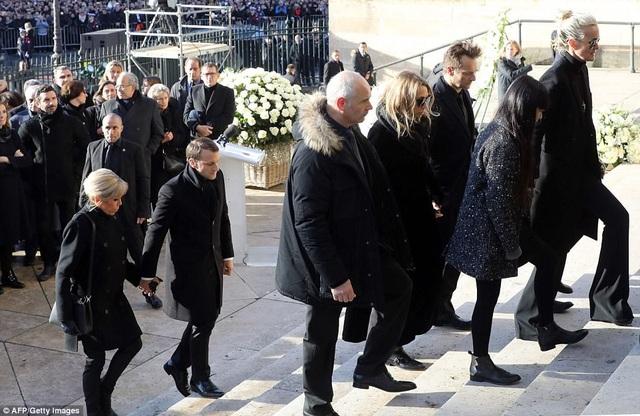 Tổng thống Pháp Macron và phu nhân Brigitte bước vào trong nhà thờ.