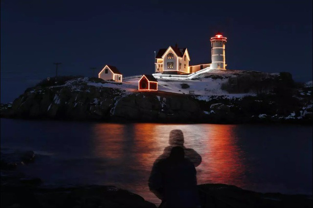 Ngọn hải đăng giúp những người đi biển tìm về với bờ, công trình này đã tồn tại từ năm 1879, nằm ở phía nam bang Maine, Mỹ. Đến dịp Giáng sinh, ngọn hải đăng cũng được trang trí ấn tượng hơn thường lệ.