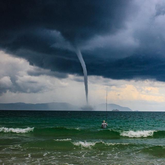 Đó là một buổi chiều mùa hè ở vịnh Đốc Lết - Việt Nam, với những trận mưa lớn và nhiều sấm sét. Sau đó, mọi việc tồi tệ hơn, khi một cơn lốc xoáy bất ngờ xuất hiện gần đó. Nó lớn lên và lớn lên, xoay quanh mọi thứ trên chiếc thuyền du lịch gần đó và tiến lại gần bờ. Mọi người hoảng hốt chạy trốn, nhưng vẫn có một ngư dân ở đó, đứng và câu cá, chẳng màng đến cơn lốc lớn ngoài khơi đang tiến lại gần. (Click vào đây để xem ảnh kích thước lớn)
