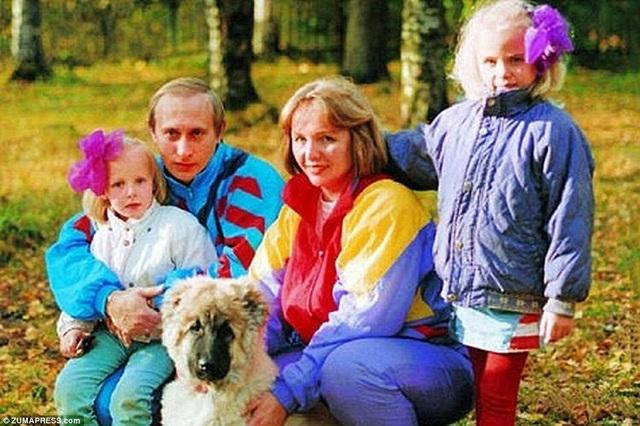 Một bức ảnh của gia đình ông Putin vào khoảng đầu những năm 1990.